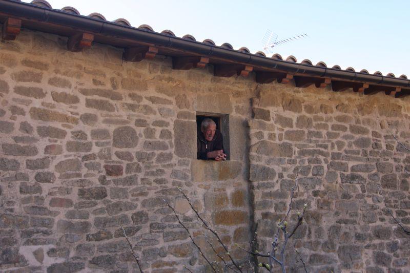 Artajonas aeltester Bewohner haelt aus seinem Fenster Ausschau nach Besuchern.
