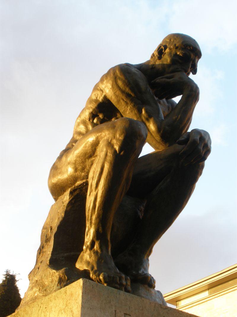 Der Denker, Plastik von Auguste Rodin, die vor dem Musée Rodin in Paris steht