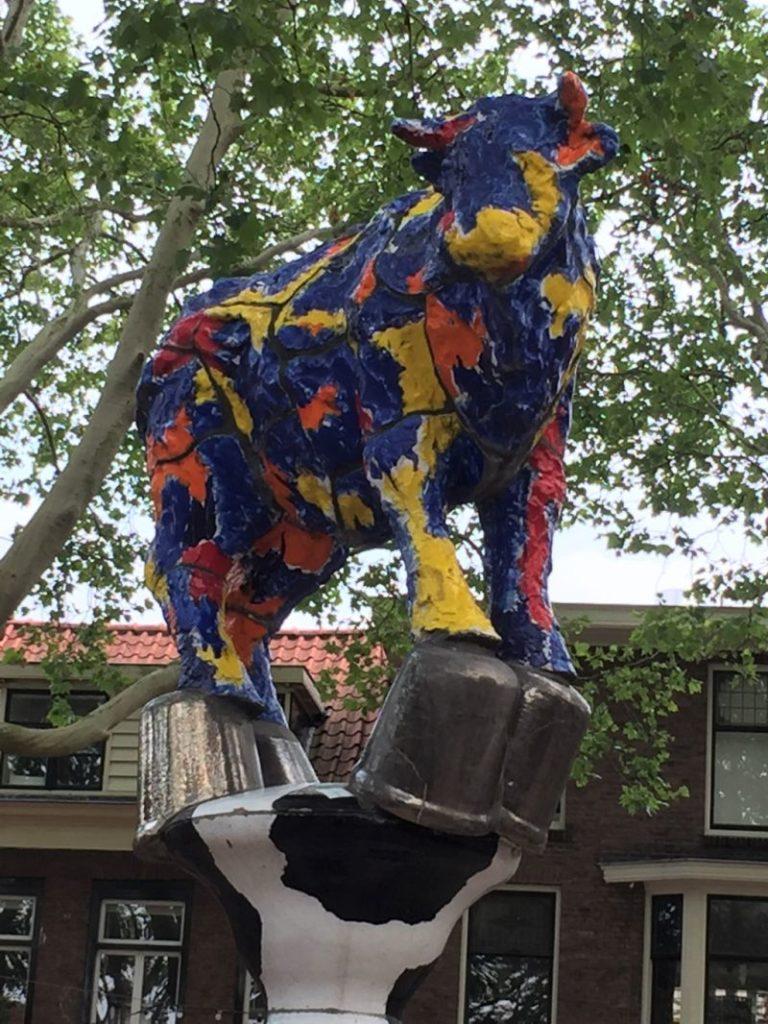 Skulptur bunte Kuh am Beestenmarkt in Delft