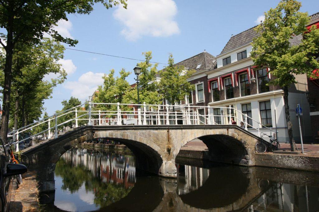 Zweibogige Leeuwenbrug in Delft, die einen Kanal ueberspannt