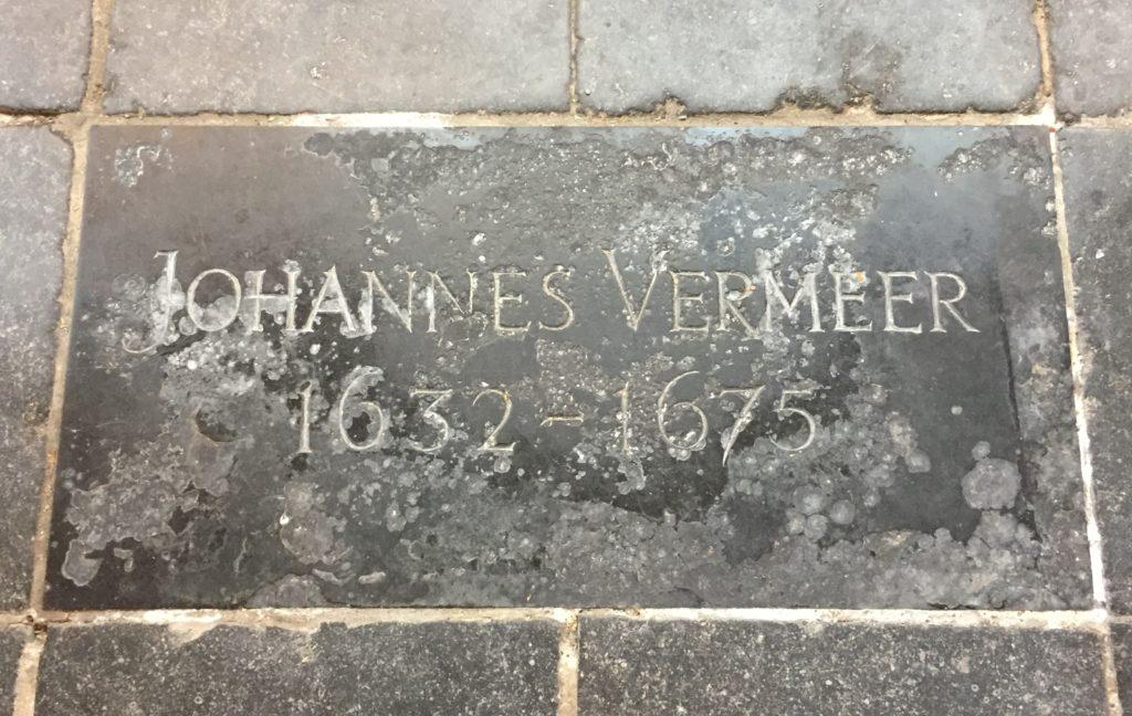 Stark verwitterte Grabplatte von Johannes Vermeer in der Oude Kerk in Delft
