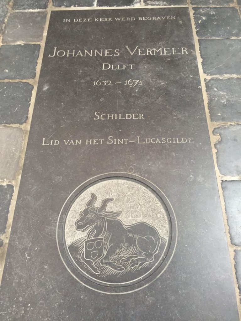 Gedenktafel auf dem Boden der Oude Kerk in Delft, die an Johannes Vermeer erinnert. Auf der Grabplatte ist das Emblem der Sanct Lucas Gilde zu sehen.