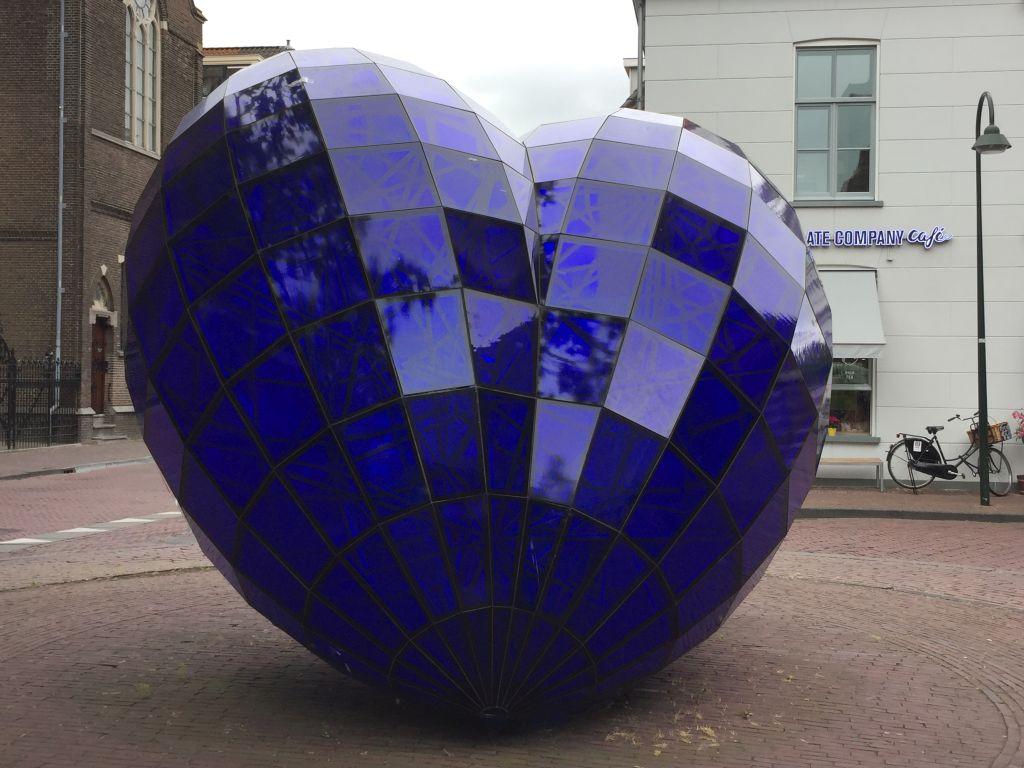 Blaues Herz, eine ueberdimensionale Glas-Stahl-Konstruktion am Zugang zum Marktplatz in Delft