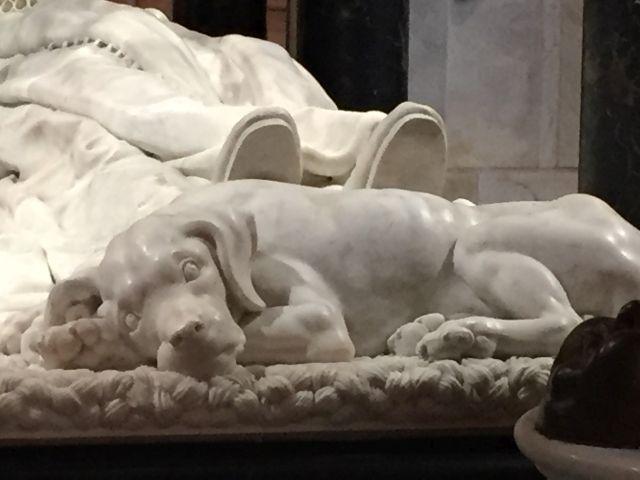 Detail des Mausoleums mit dem treuen Hund von Wilhelm von Oranien in der Neuen Kirche in Delft