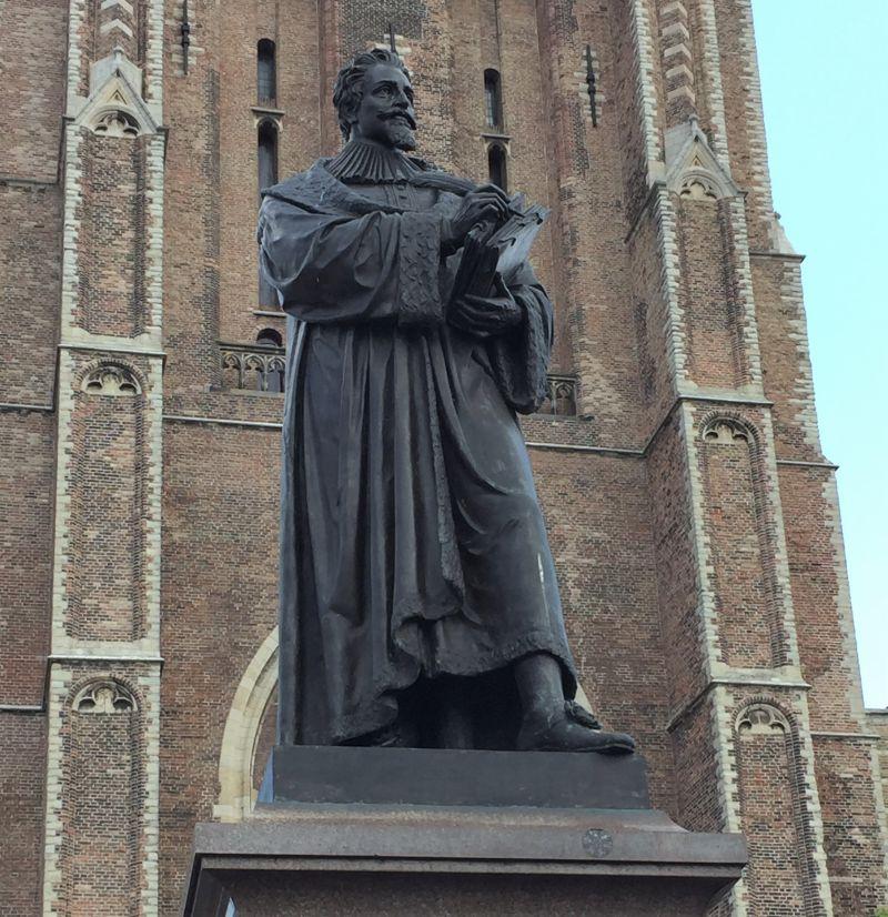 Statue von Hugo Grotius (Hugo de Groot) vor der Neuen Kirche in Delft