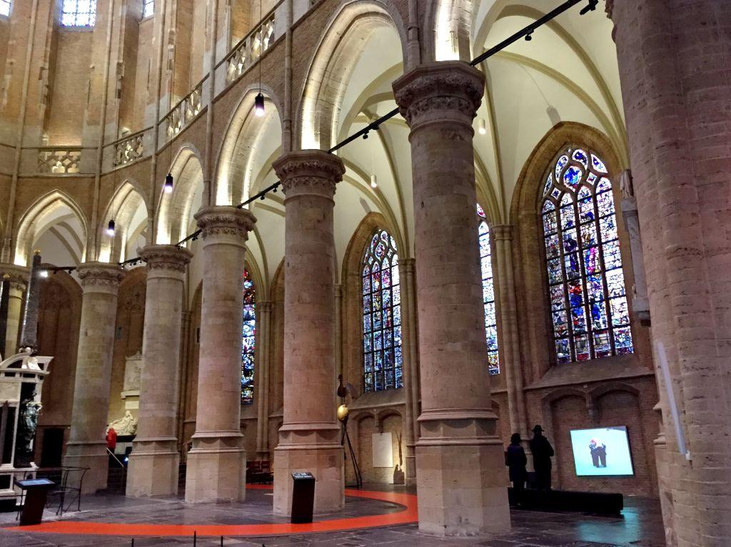 Bunte Bleiglasfenster in der Neuen Kirche in Delft