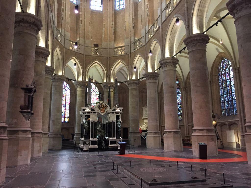 Ansicht des Chorraumes mit dem Mausoleum Wilhelm von Oranien in der Neuen Kirche in Delft