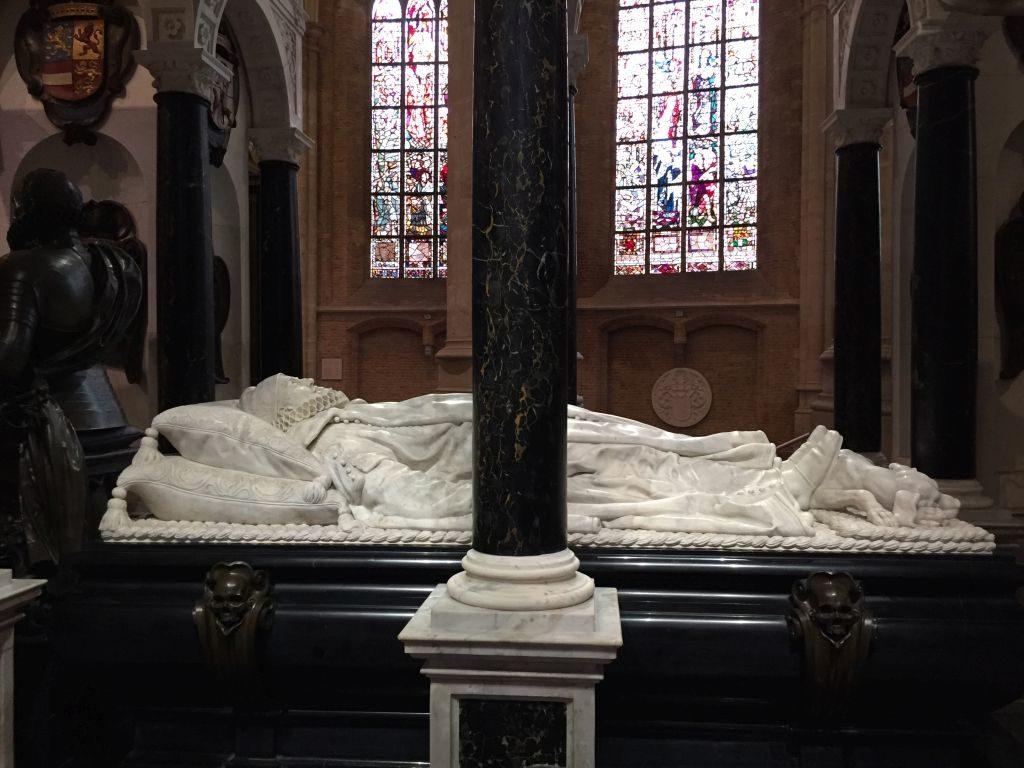 Detail des Mausoleums mit der Liegefigur Wilhelm von Oranien in der Neuen Kirche in Delft