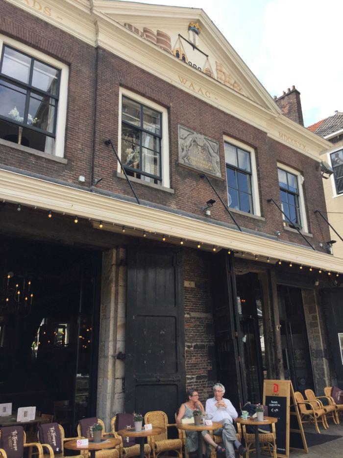 Die Stadtwaage (stadswaag) in Delft am Marktplatz