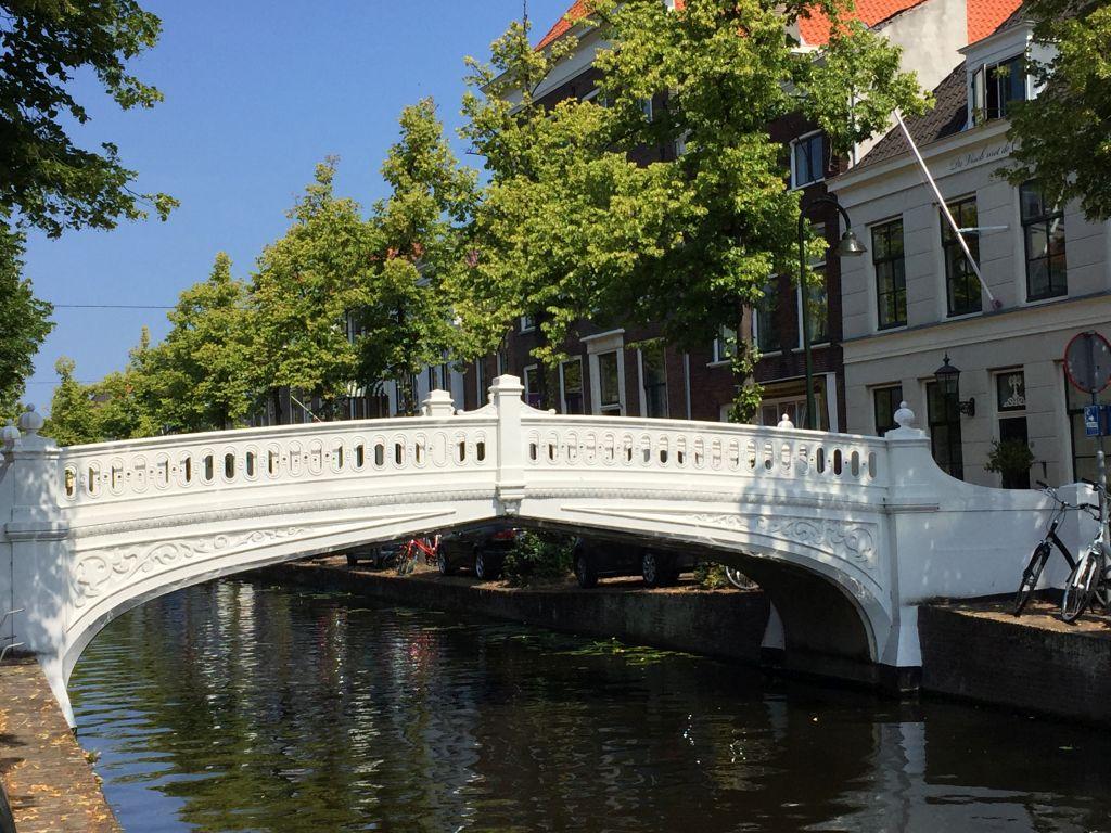 weiße Neo-Renaissance-Bruecke, genannt Visbrug in Delft