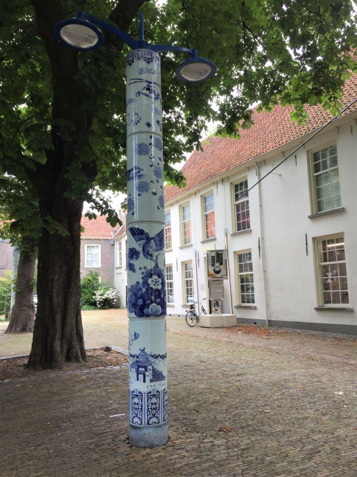 Mit blau-weißem Porzellan verkleideter Laternenpfahl im Prinzenhof von Delft