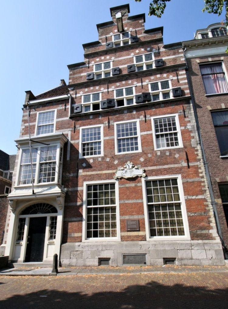 Frontansicht des Renaissance-Gebaeudes mit Treppengiebel Het Wapen van Savoyen an der Oude Delft 169 in Delft