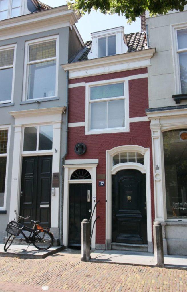 Das kleinste Haus in Delft an der Oude Delft 147 gehoerte dem Arzt Pieter van Foreestrte