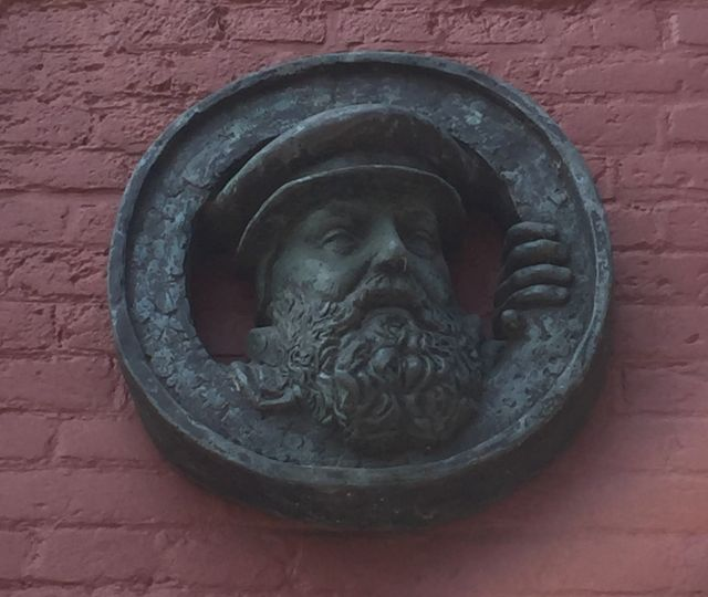 Plakette mit dem Kopf von Pieter van Foreest am kleinsten Haus in Delft an der Oude Delft 147