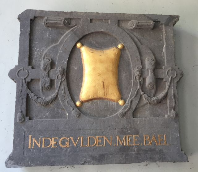Giebelstein des Hauses Inde Gulden Mee Bael aus dem 16. Jahrhundert; Oude Delft 137 in Delft