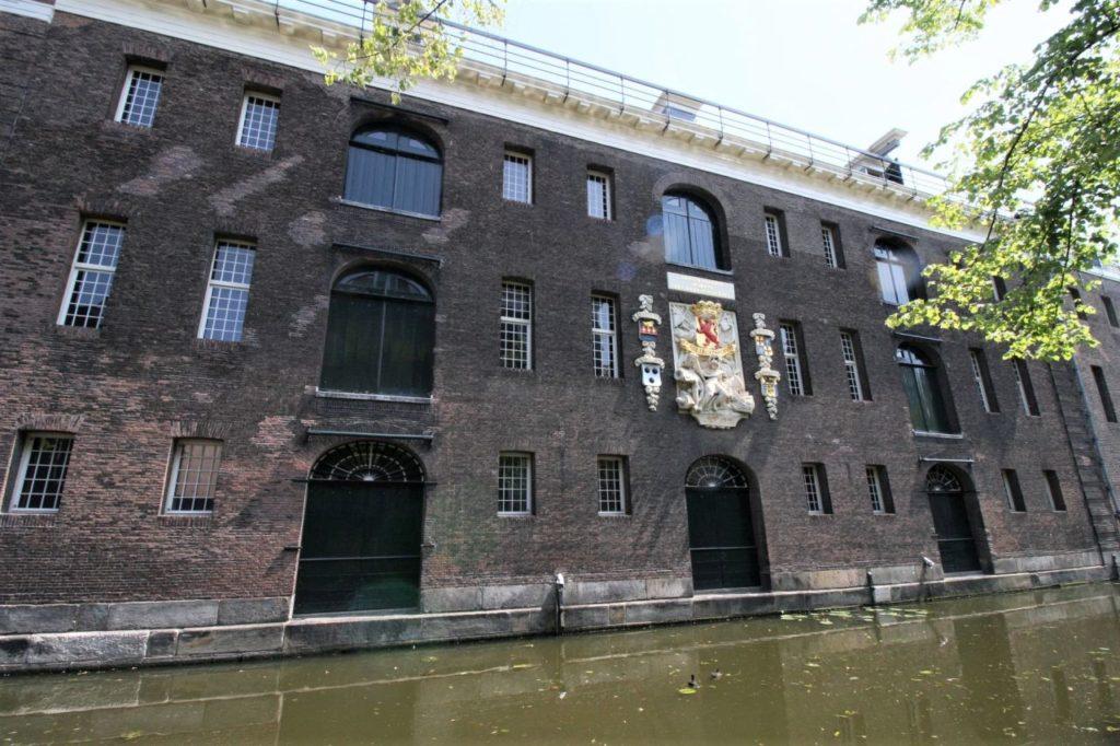 langgestreckte Fassade des Armamentarium in Delft