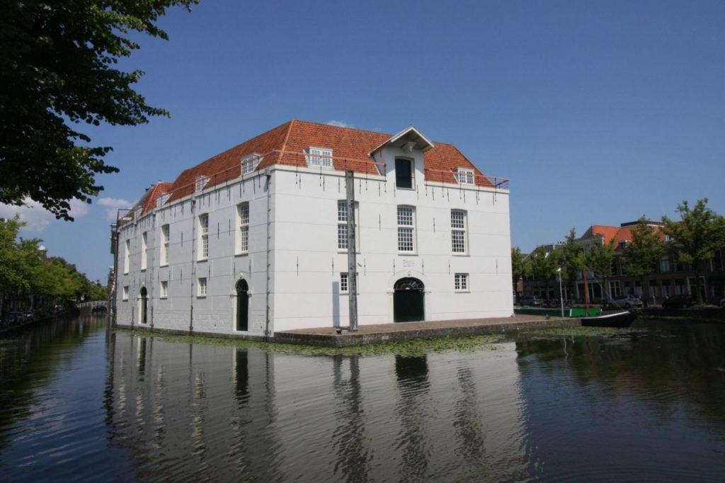 Blick vom Oude Delft Kanal auf den Anbau des Armamentarium in Delft