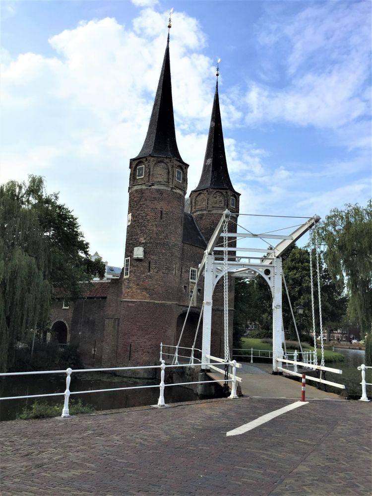 Oostpoort-Stadttor aus dem 14. Jahrhundert mit weißer Zugbrücke in Delft