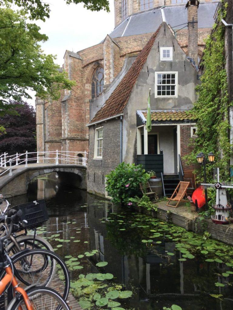 Idyllische Ansicht auf die Vrouwe van Rijnsburgerbrug an der Kerkstraat in Delft