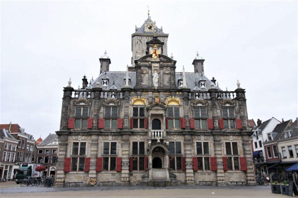 Rathaus bzw. Stadthaus (stadhuis) am Marktplatz in Delft