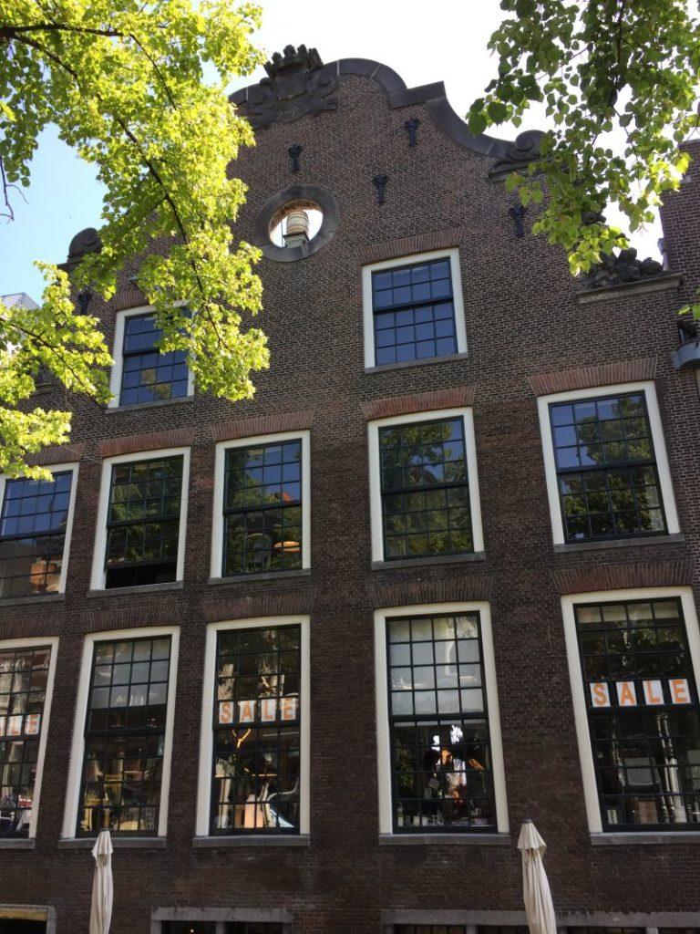 Ansicht der rueckseitigen Fassade des Butterhauses (boterhuis) mit Butterfass im Ochsenauge des Giebels in Delft