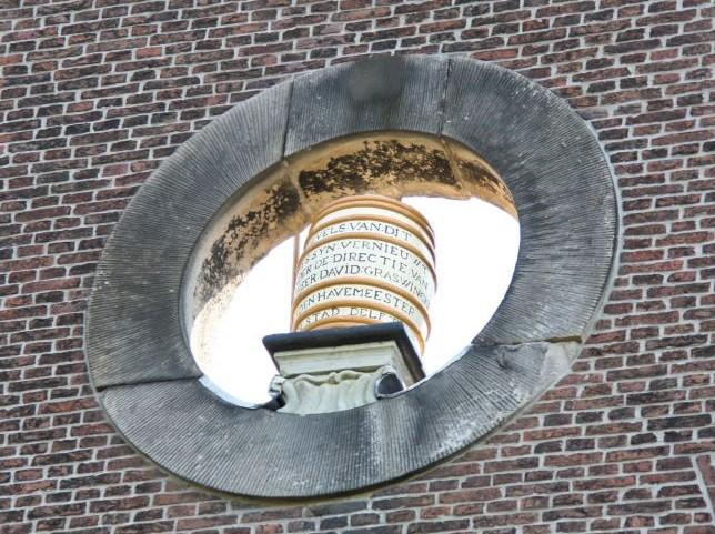 Detail der rueckseitigen Fassade des Butterhauses (boterhuis) mit Butterfass im Ochsenauge des Giebels in Delft