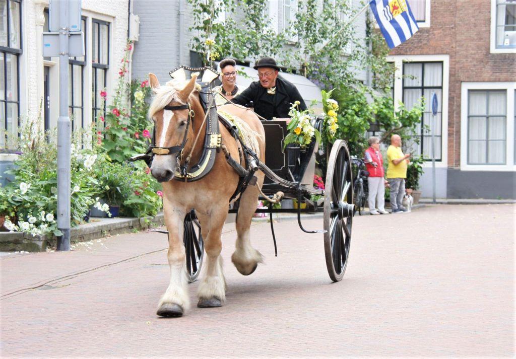 Die Sieger des Ringstechens in ihrer geschmueckten Kutsche beim folkloristischen Tag in Middelburg.