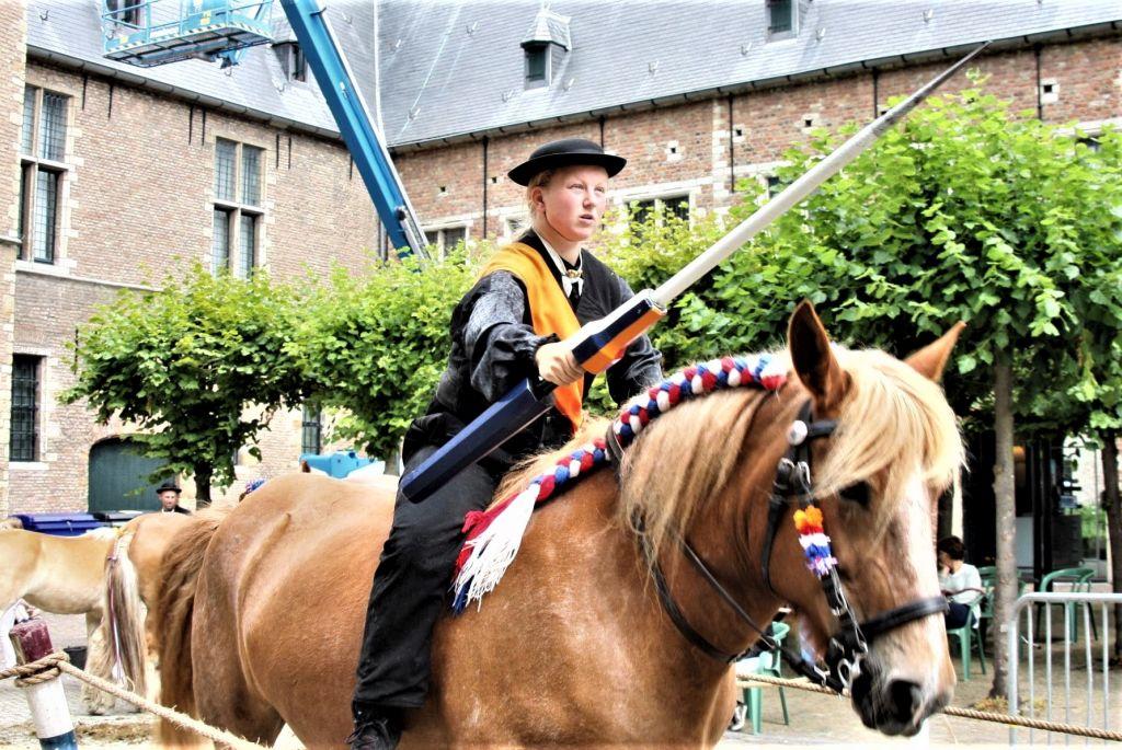 Ringreiterin auf ihrem Pferd in Aktion beim folkloristischen Tag in Middelburg.
