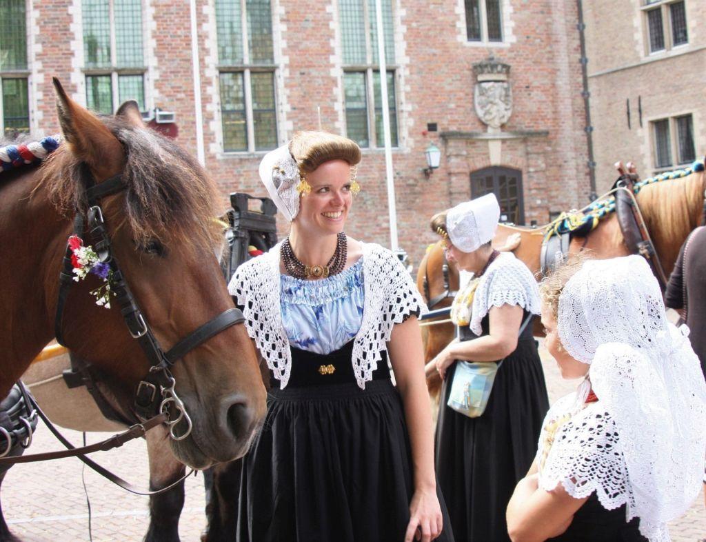 Frauen und Mädchen in der Tracht Zeeland beim folkloristischen Tag in Middelburg