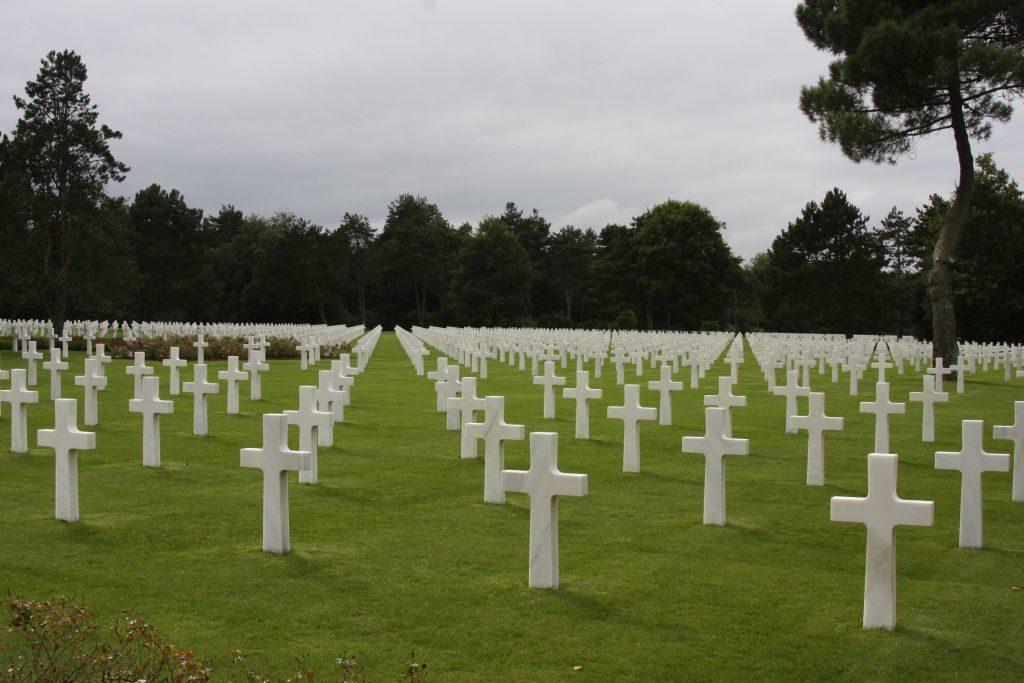Blick auf die unzaehligen weißen Kreuzes des amerikanischen Soldatenfriedhofs in Coleville sur Mer, Normandie