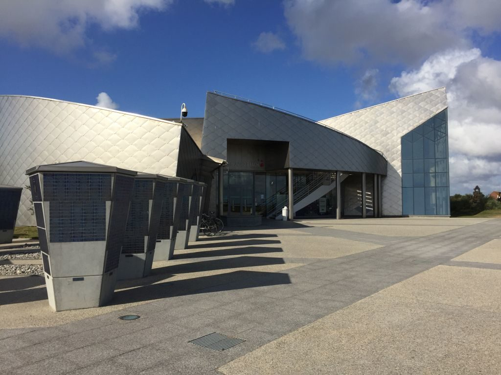 Vorderansicht des futuristisch, silber glänzenden kanadischen WWII Museum, Juno Beach Centre in Courseulles-sur-Mer, Normandie