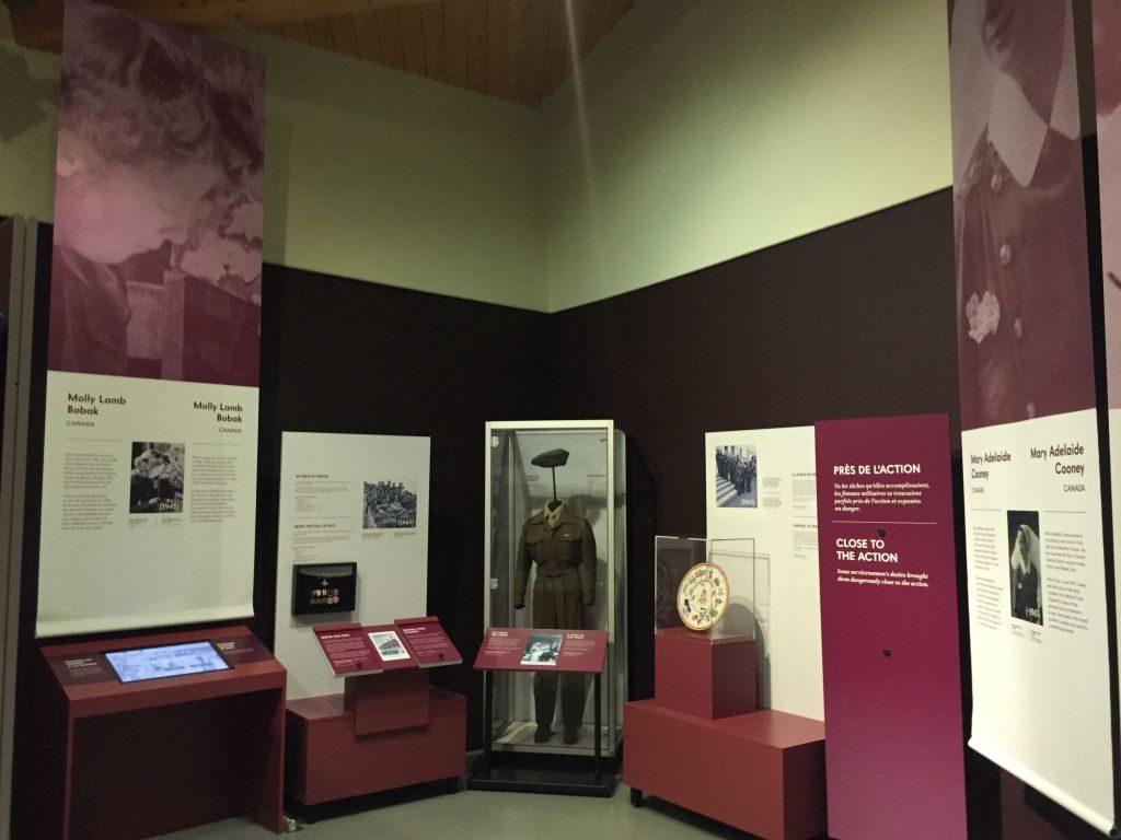 Blick in den Ausstellungsraum der Sonderausstellung Great Women at War 1939 - 1945 im Juno Beach Centre