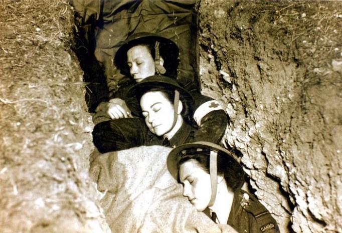 Dorothy Mulholland mit zwei Kolleginnen vom kanadischen Schwesternkorps, die sich in einem Schuetzengraben ausruhen.