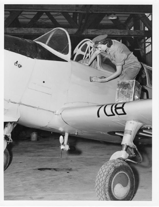 Frau der Royal Canadian Air Force Women's Division beim Streichen eines Flugzeugs