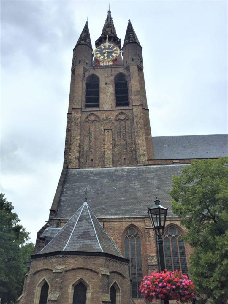 Blick auf die Oude Kerk (Alte Kirche) in Delft