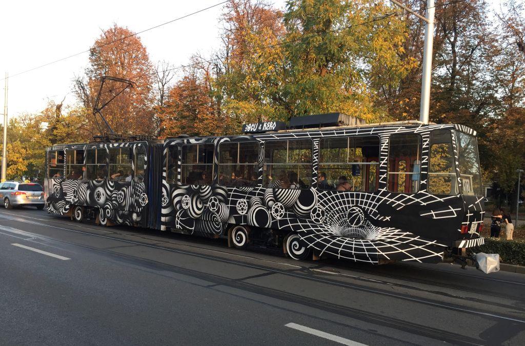 schwarz-weiße Graffiti Straßenbahn in Cluj / Klausenburg, Rumaenien