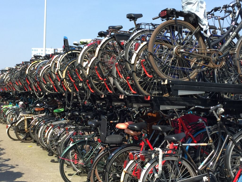 Riesige Fahrrad-Garage am Bahnhof in Amsterdam