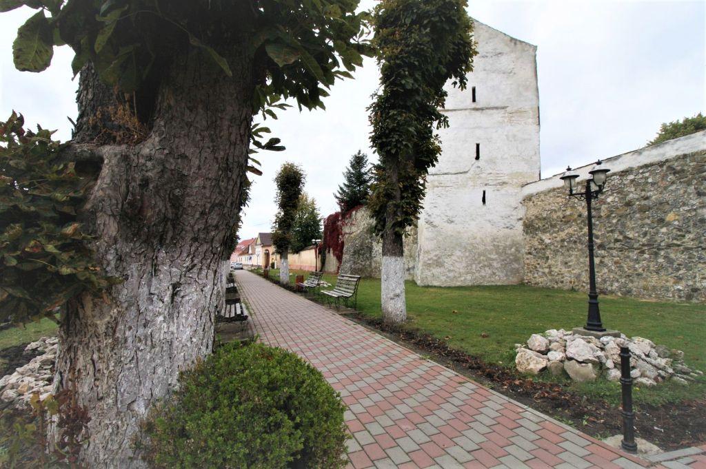 Gruenanlage vor der Kirchenburg von Weidenbach (Ghimbav)