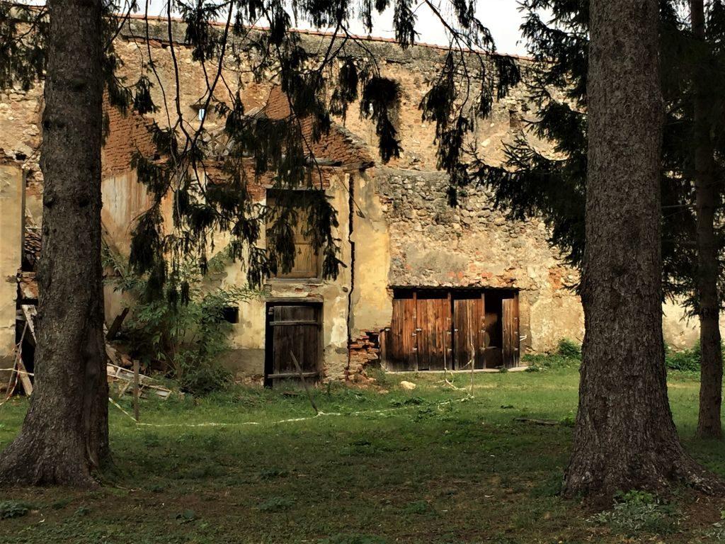 Verfallene Vorratskammer entlang der Ringmauer der Kirchenburg von Weidenbach (Ghimbav) in Siebenbuergen