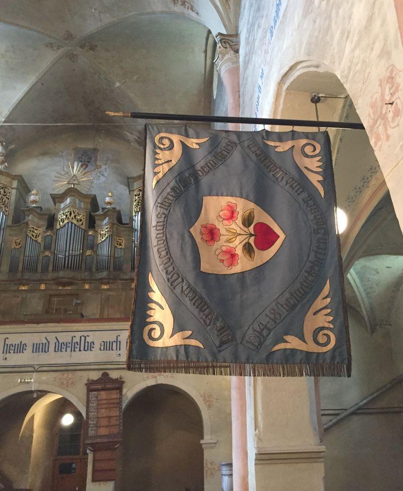 Historisches Wappen mit Herz und drei roten Rosen der saechsischen Gemeinde Weidenbach