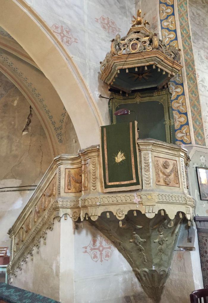 Kanzel mit vergoldetem Pelikan in der Kirchenburg von Weidenbach (Ghimbav) in Siebenbuergen