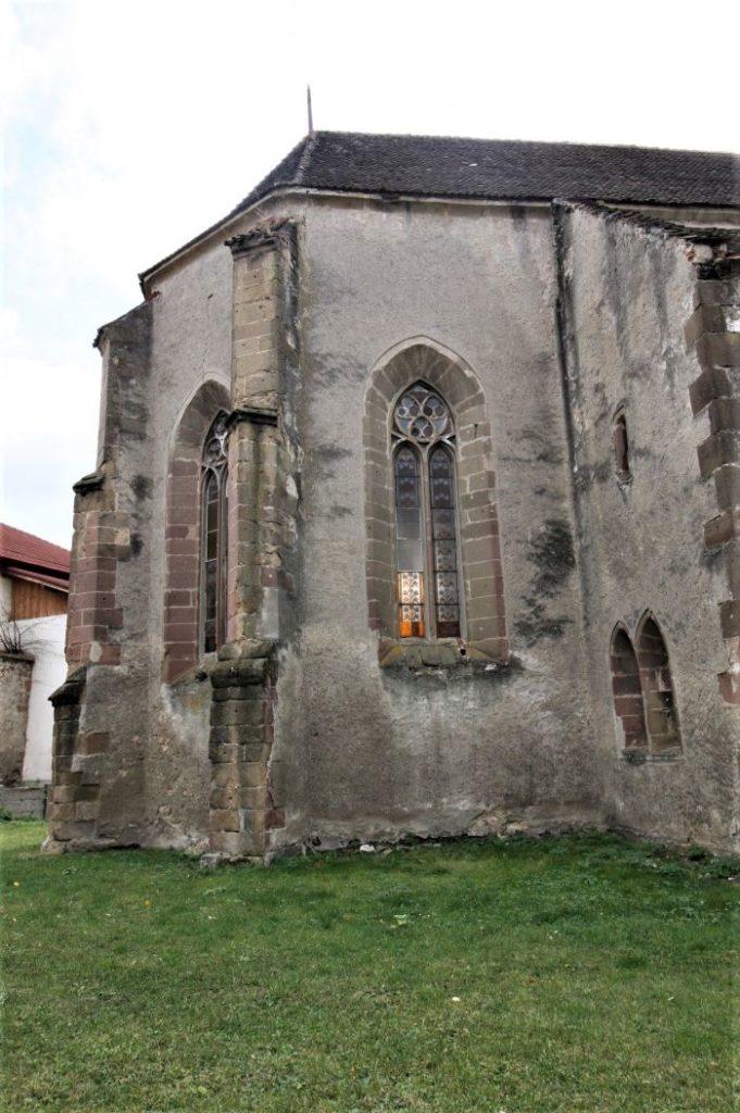 Aussenansicht des Chorraums mit gotischen Fenstern der Kirchenburg von Weidenbach (Ghimbav)