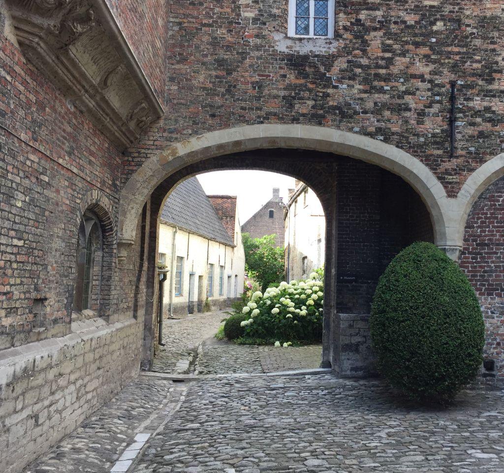 mittelalterliche Gasse in Bruegge