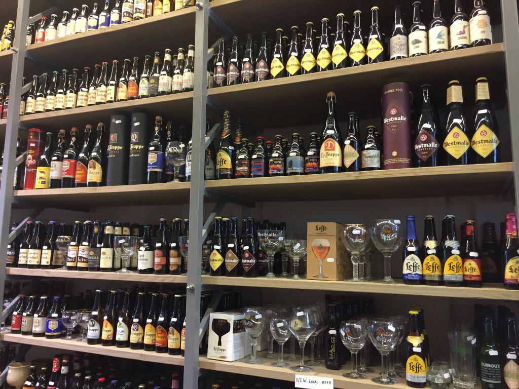 Auslage in einem Biergeschaeft in Bruegge