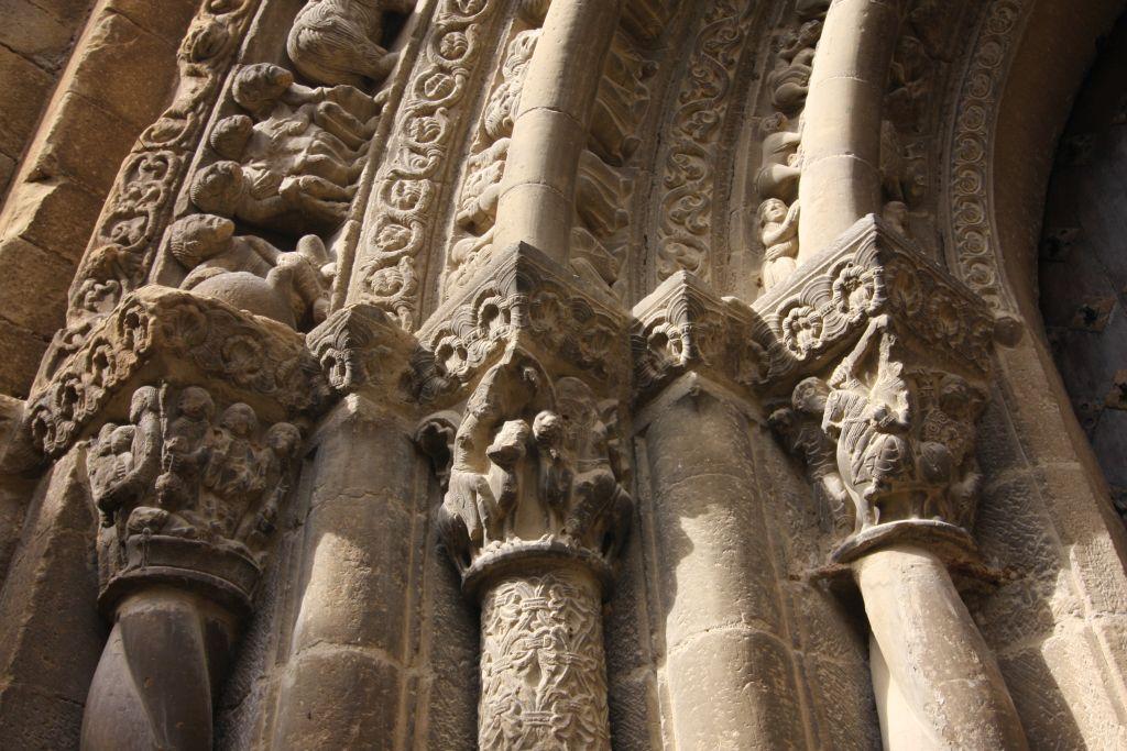 Kapitelle des Portals der Kirche Santa Maria in Uncastillo