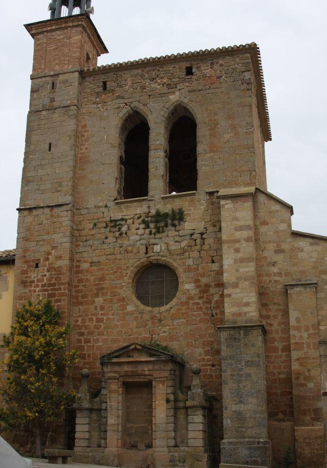 Glockenturm der Kirche San Román in Cirauqui in Navarra