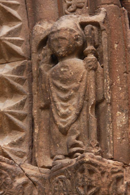 Relieffigur Bischof am Portal von San Román in Cirauqui