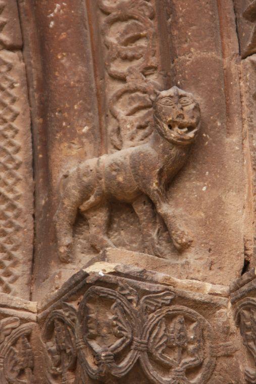 steinerne Bestie am Portal von San Román in Cirauqui
