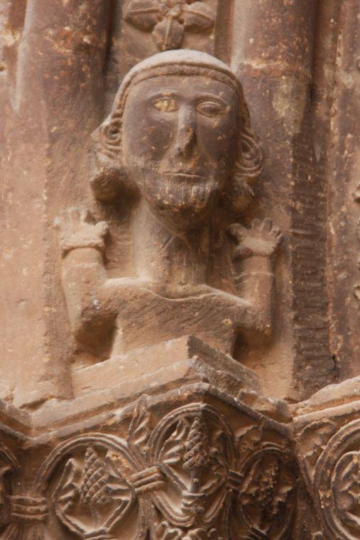 romanische Relieffigur am Portal von San Román in Cirauqui