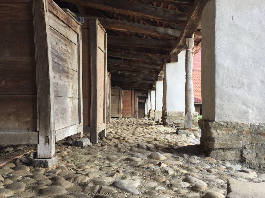 Innerer Arkadengang des Mauerrings der Kirchenburg Darjiu / Székelyderzs mit Getreidekaesten